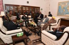 Photos Of Robert Mugabe Negotiating With Army Commander And Others