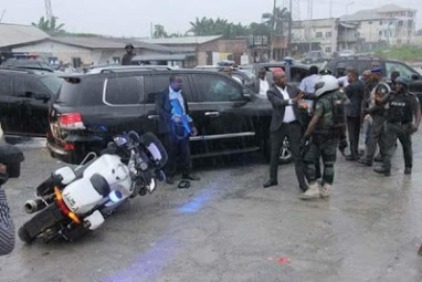 SARS Personnel Soldiers attached to the Minister of Transportation attack Governor Wikes convoy2