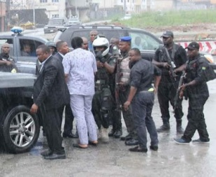 SARS Personnel Soldiers attached to the Minister of Transportation attack Governor Wikes convoy5